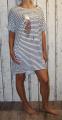 Dámské letní šaty, dlouhá tunika - úzké pruhy - pírko